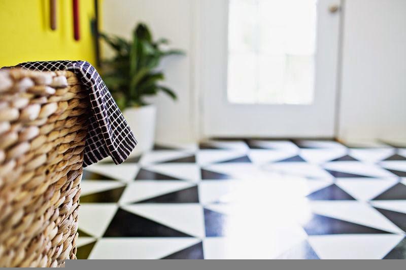 BLACK AND WHITE PATTERNED FLOOR IDEA USING LINOLEUM TILES