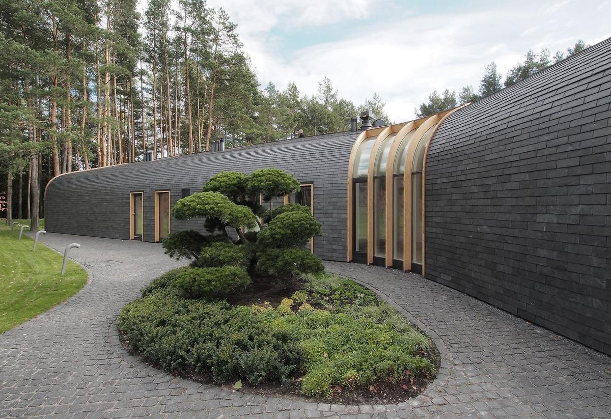 1-storey-home-continuous-roof-merges-landscape-2-thumb-1200xauto-51799