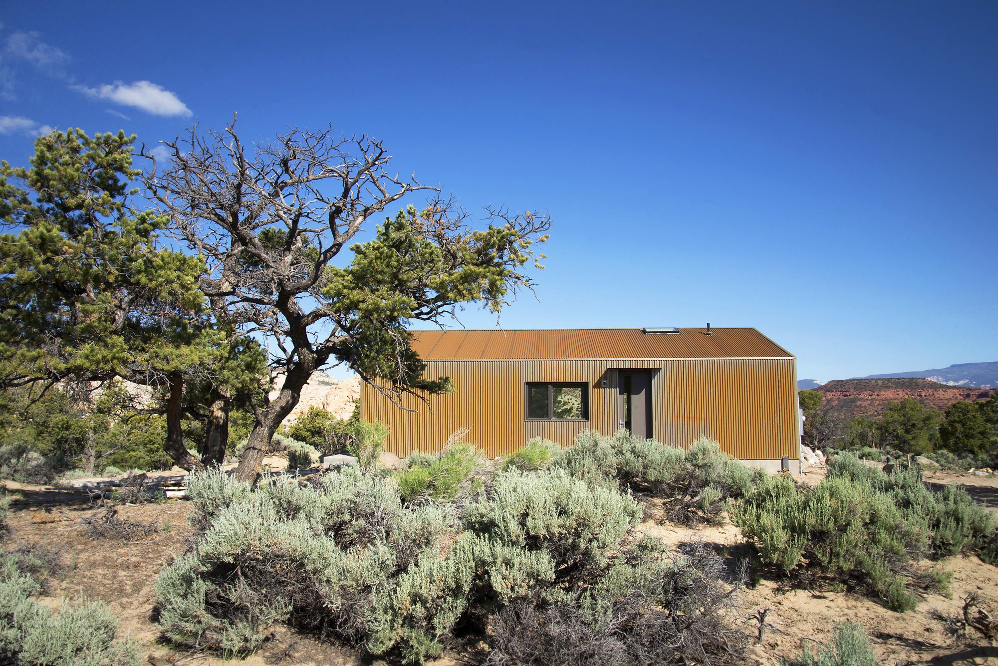 5522f900e58ecea9f8000045_capitol-reef-desert-dwelling-imbue-design_24_guest_south