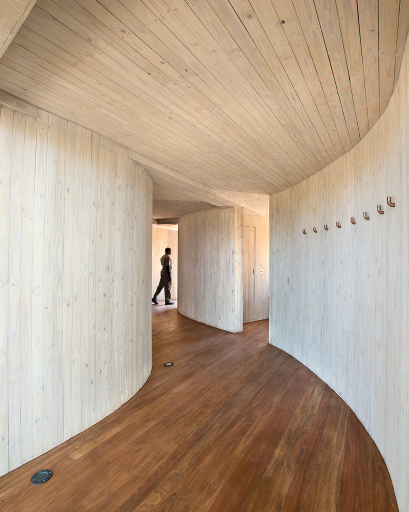 nicholas-plewman-architects-sandibe-okavango-safari-lodge-designboom-05
