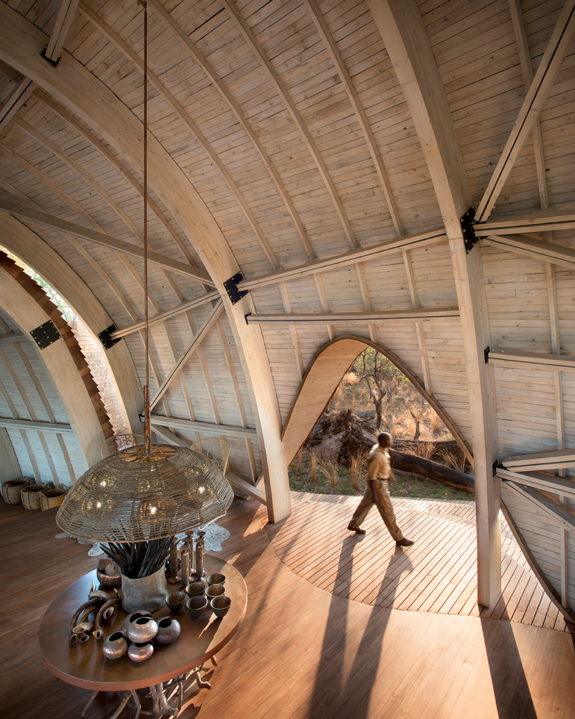 nicholas-plewman-architects-sandibe-okavango-safari-lodge-designboom-07