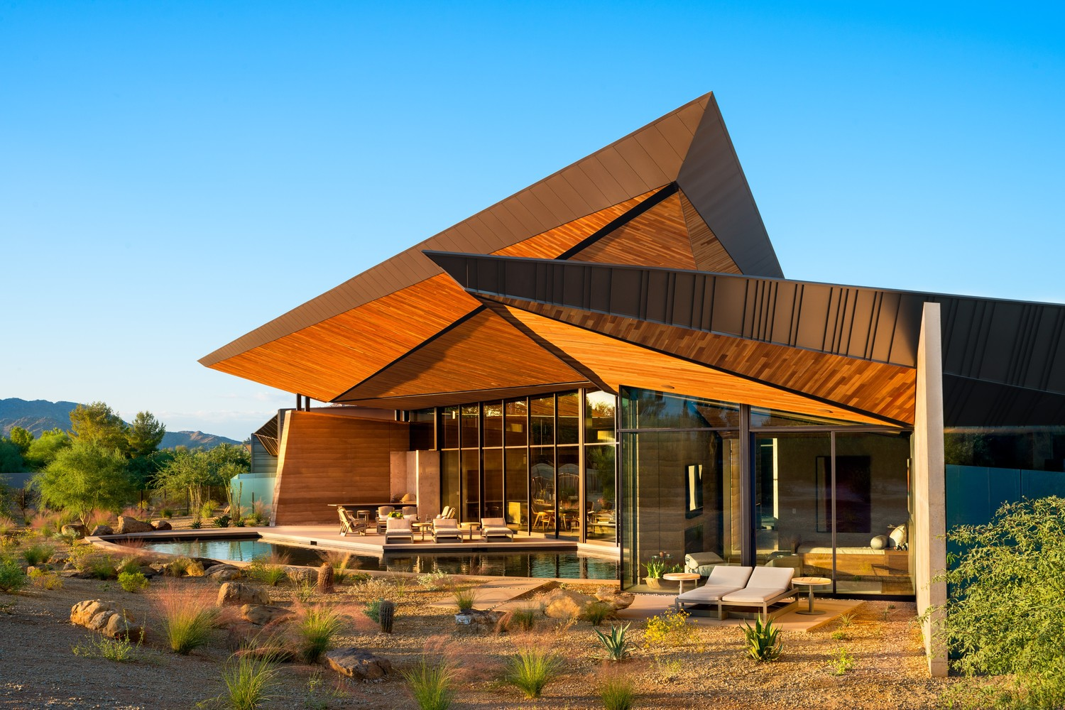 Dancing Light House In Arizona Usa By Kendle Design Collaborative Features A Soaring Angular Canopy Roof